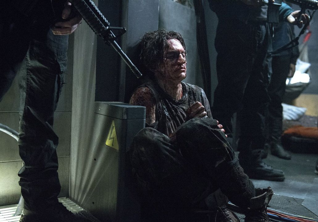 Octavia (Marie Avgeropoulos, l.) wird alles tun, um Lincoln (Ricky Whittle, r.) das Leben zu retten, aber trifft sie damit die richtige Entscheidung? - Bildquelle: Warner Brothers