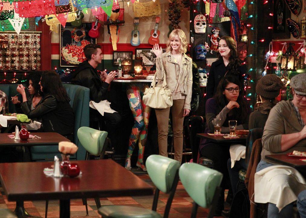Für ihre Cupcake T-Shirts müssen Caroline (Beth Behrs, l.) und Max (Kat Dennings, r.) die optimale Fabrik finden. Werden sie Erfolg haben? - Bildquelle: Warner Bros. Television