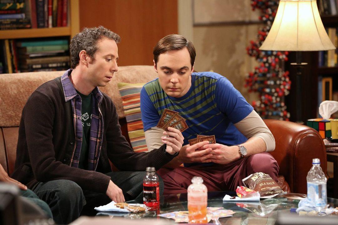 Stuart (Kevin Sussman, l.) versucht, in die Gemeinschaft der Freunde aufgenommen zu werden, aber Sheldon (Jim Parsons, r.) ist zunächst dagegen. Als... - Bildquelle: Warner Bros. Television