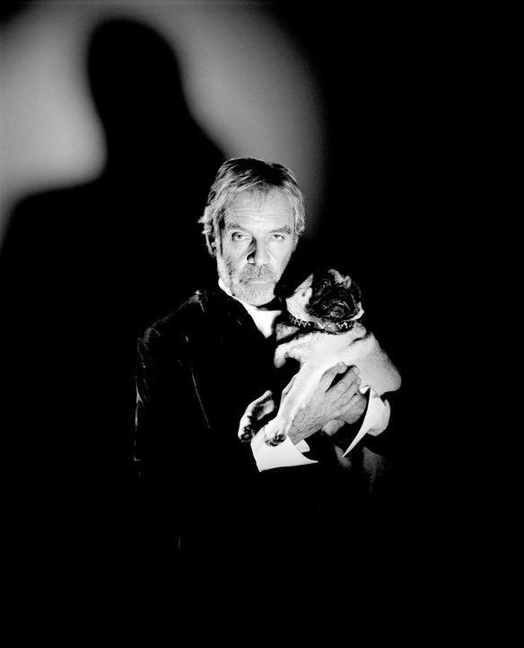 Steht in jeder Beziehung auf Möpse: der zwielichtige Earl of Cockwood (Thomas Fritsch) ... - Bildquelle: Rat Pack Filmproduktion GmbH