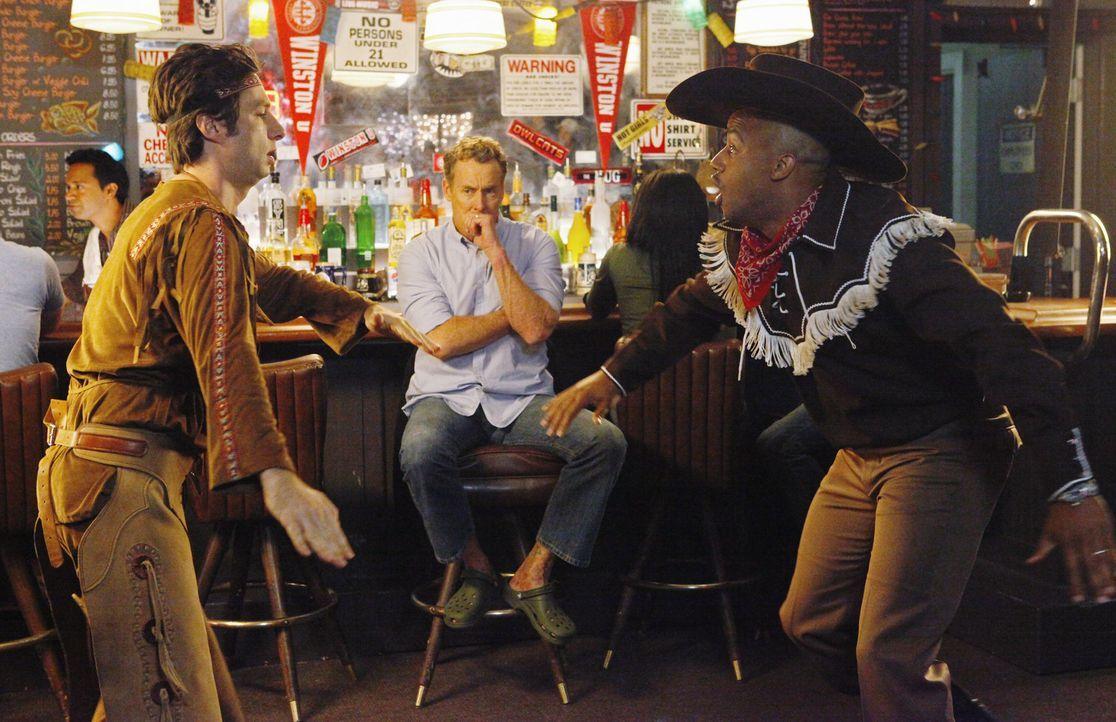 J.D. (Zach Braff, l.) und Turk (Donald Faison, r.), deren Frauen verreist sind, planen einen wilden Männerabend, den Dr. Cox (John C. McGingley, M.... - Bildquelle: Touchstone Television