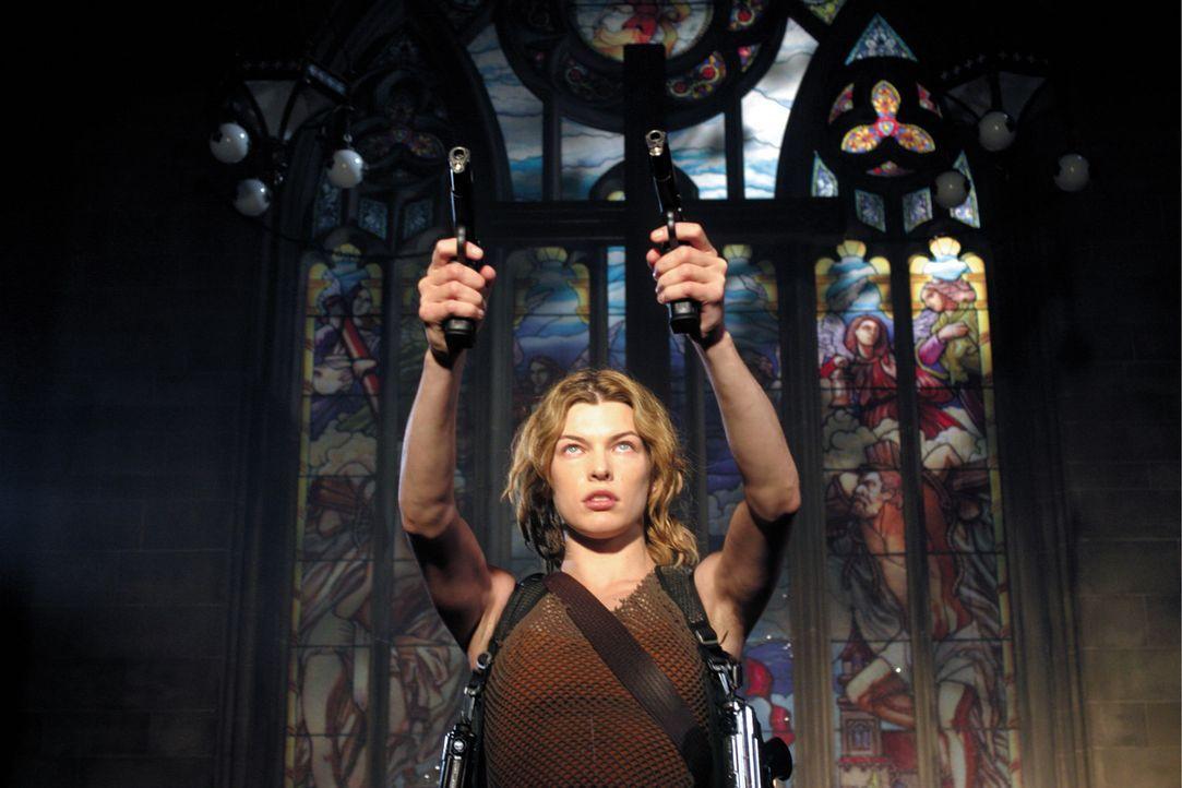 Alice (Milla Jovovich) hat einen starken Gegner: Nemesis, ein von der Umbrella Corporation gezüchteter Riesen-Mutant, der aber ziemlich viel mit ih... - Bildquelle: Constantin Film