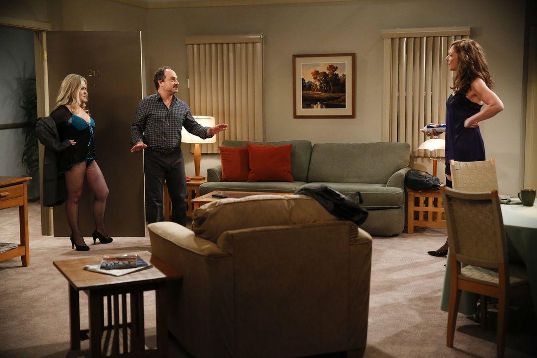 Die romantischen Pläne von Bonnie (Allison Janney, r.) und Alvin (Kevin Pollak, M.) werden von Lorraine (Beverly D'Angelo, l.), Alvins Exfrau, jäh z... - Bildquelle: Warner Bros. Television