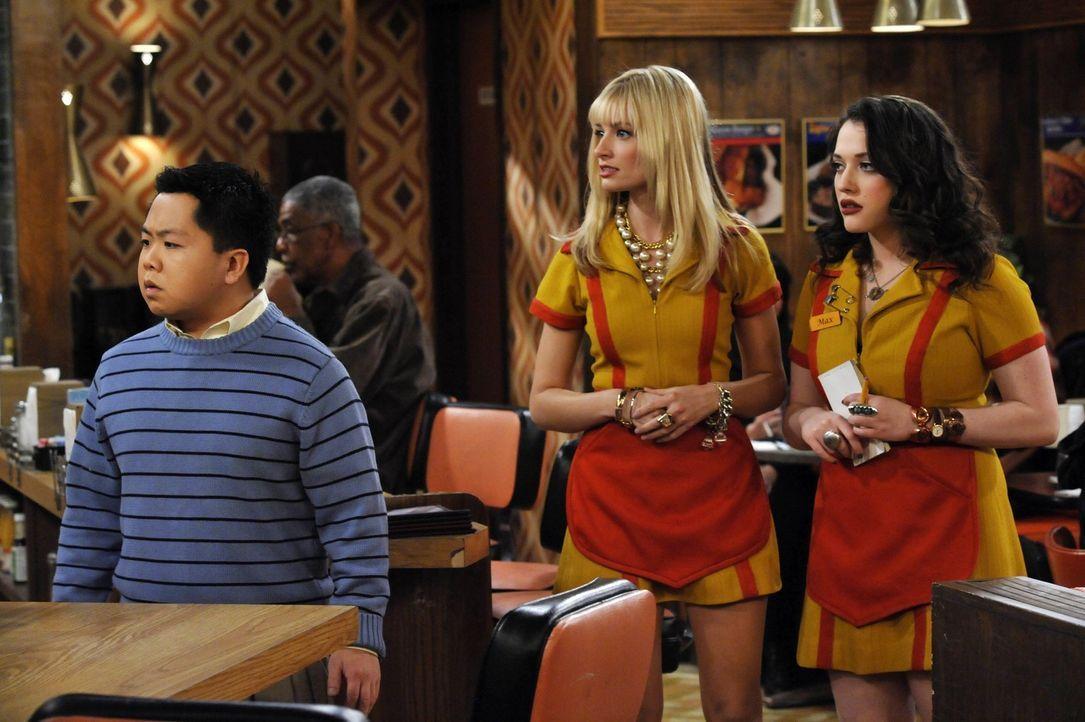 Max (Kat Dennings, r.) und Caroline (Beth Behrs, M.) lassen sich nicht einschüchtern: Um bei möglichen Schwachstellen in seinem Restaurant ansetze... - Bildquelle: Warner Brothers