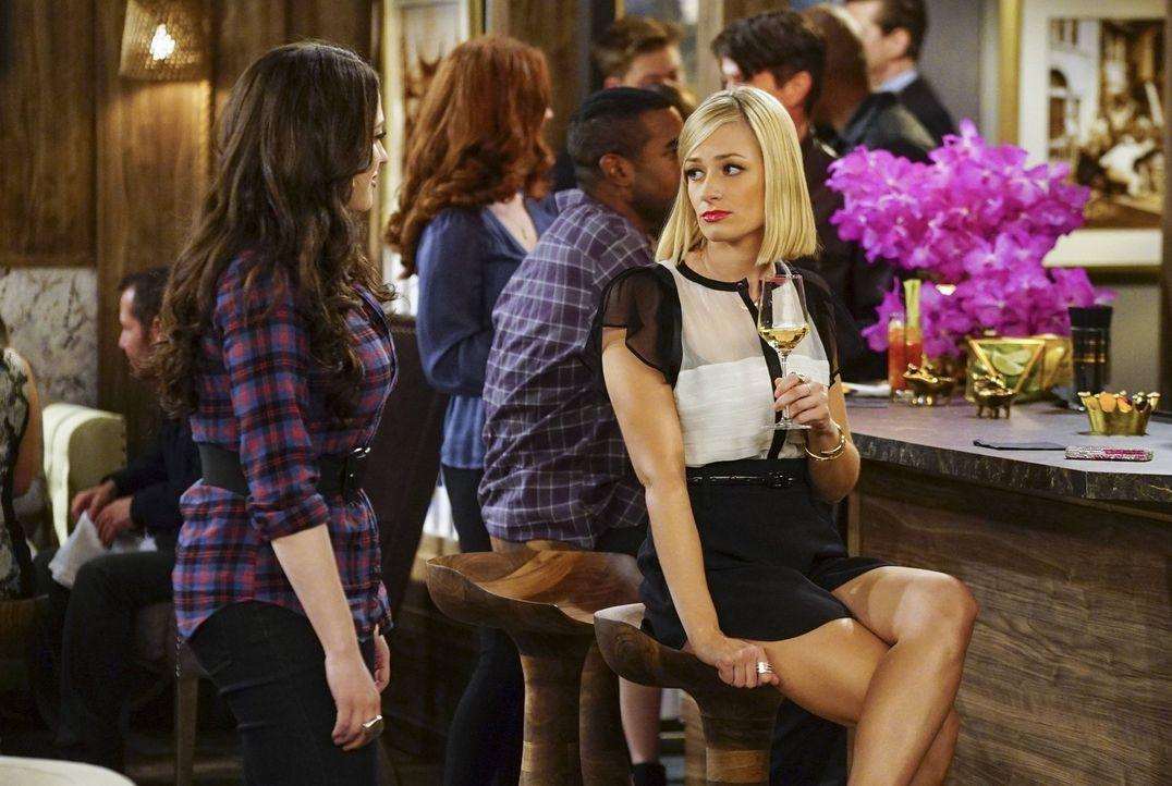 Ihr Aufenthalt in Los Angeles verläuft völlig anders als geplant: Max (Kat Dennings, l.) und Caroline (Beth Behrs, r.) ... - Bildquelle: 2016 Warner Brothers
