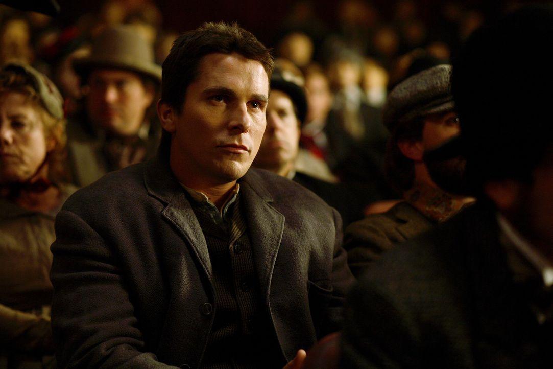 Viele Jahre führen die Magier Alfred Borden (Christian Bale) und Robert Angier ihre Zaubernummern gemeinsam vor, doch als Robert seine Frau Julia du... - Bildquelle: Warner Television