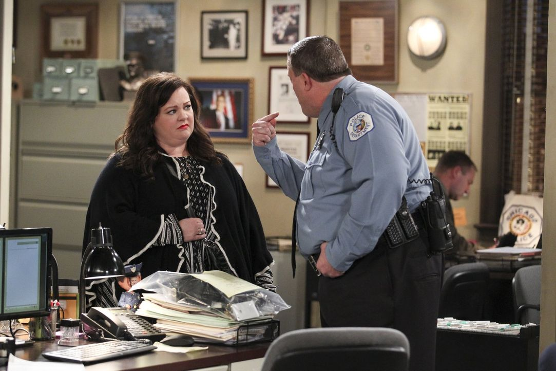 Geraten aneinander, als Mike (Billy Gardell, r.) ihre Mutter verhaftet: Mike und Molly (Melissa McCarthy, l.) ... - Bildquelle: Warner Brothers