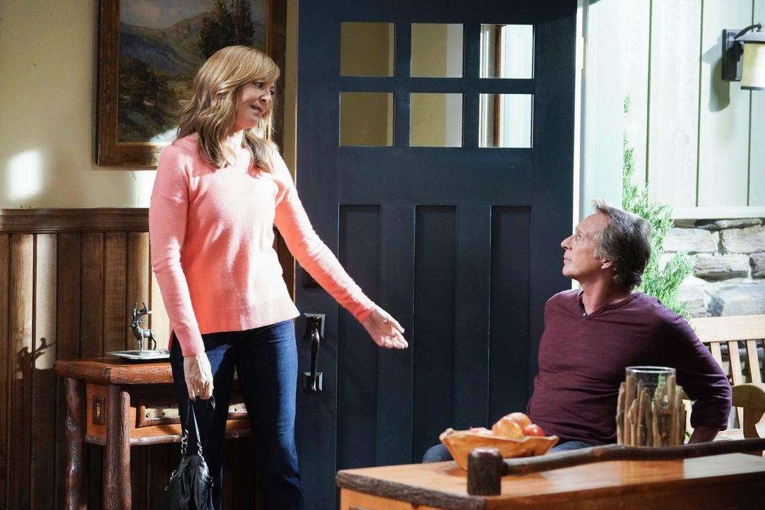Bonnie (Allison Janney, l.); Adam (William Fichtner, r.) - Bildquelle: Michael Yarish 2019 CBS Broadcasting, Inc. All Rights Reserved. / Michael Yarish