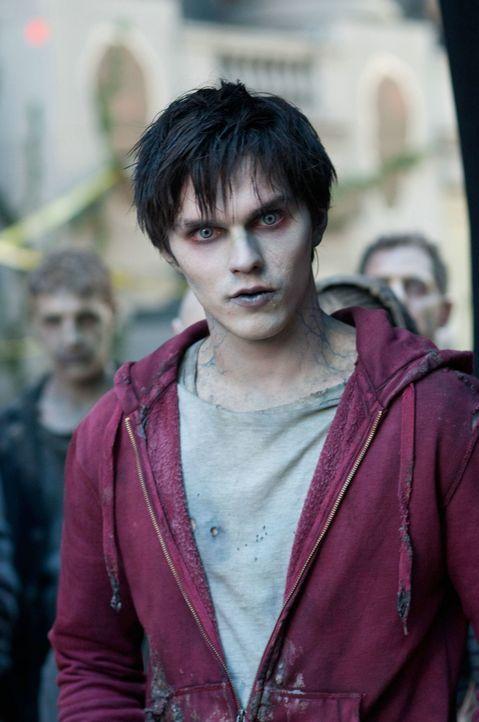 R (Nicholas Hoult) ist ein Zombie, der sich regelmäßig von Menschenfleisch ernährt. Als er jedoch eines Tages das Gehirn eines jungen Mannes zu sich... - Bildquelle: 2013 Concorde Filmverleih GmbH
