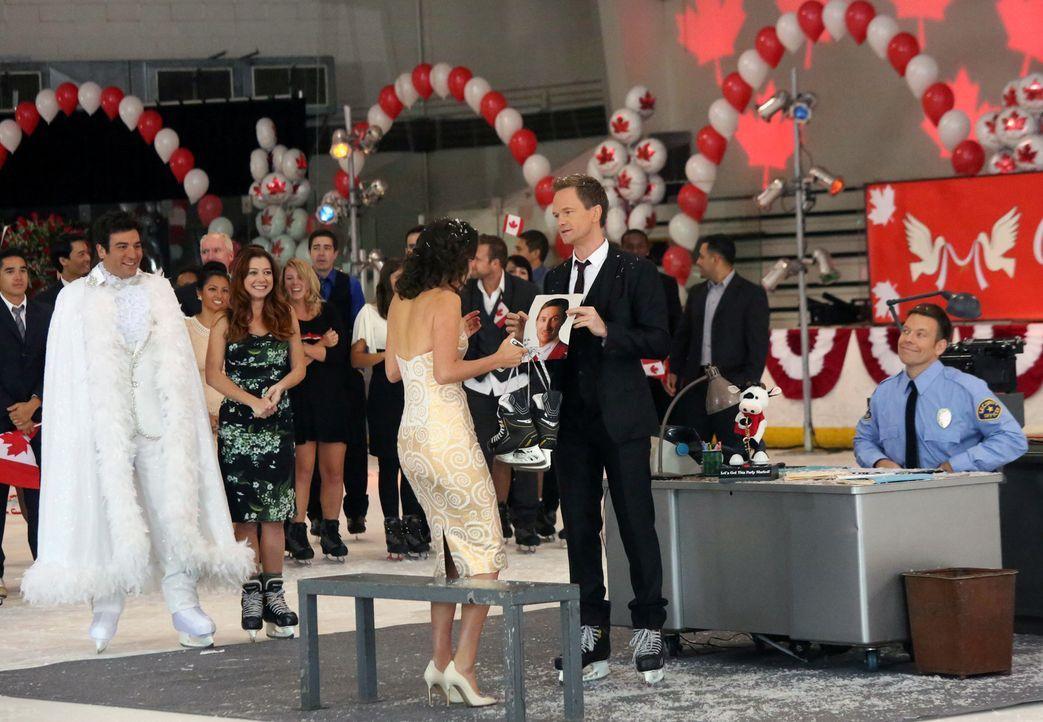 Barney (Neil Patrick Harris, 2.v.r.) hat mit Hilfe von Ted (Josh Radnor, l.) und Lily (Alyson Hannigan, 2.v.l.) eine ganz besondere Überraschung für... - Bildquelle: 2013 Twentieth Century Fox Film Corporation. All rights reserved.