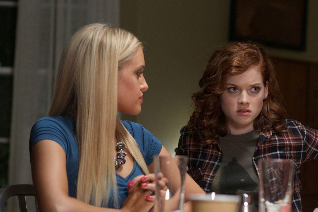 Dallas' und Georges Zuneigung entflammt aufs Neue. Tessa (Jane Levy, r.) und Dalia (Carly Chaikin, l.) wollen verhindern, dass die beiden tatsächli... - Bildquelle: Warner Bros. Television