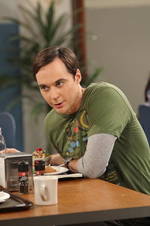 Stellt Alex, ein junges und hübsches Mädchen, als seine neue Assistentin ein, worüber Amy alles andere als erfreut ist: Sheldon (Jim Parsons) ... - Bildquelle: Warner Bros. Television