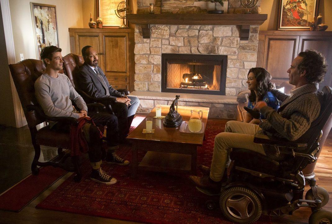 Barry (Grant Gustin, l.) und Joe (Jesse L. Martin, 2.v.l.) beginnen an ihren Recherchen zu zweifeln, als sie auf Marlize (Kim Engelbrecht, 2.v.r.) u... - Bildquelle: 2017 Warner Bros.