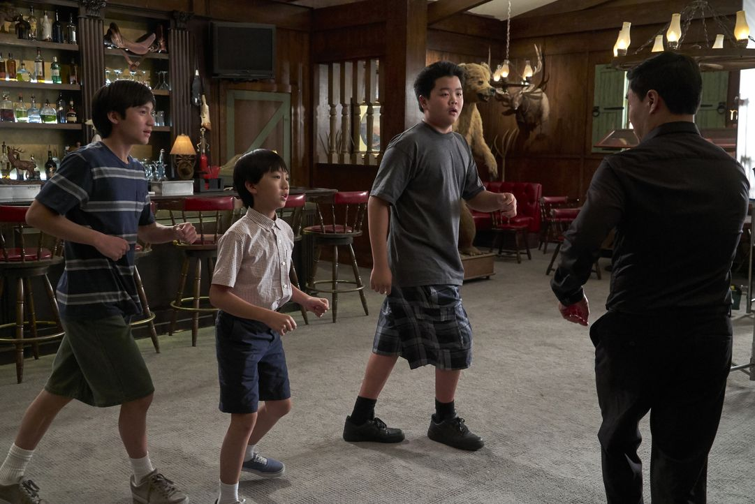 (v.l.n.r.) Emery Huang (Forrest Wheeler); Evan Huang (Ian Chen); Eddie Huang (Hudson Yang); Louis Huang (Randall Park) - Bildquelle: 2018-2019 American Broadcasting Companies. All rights reserved.