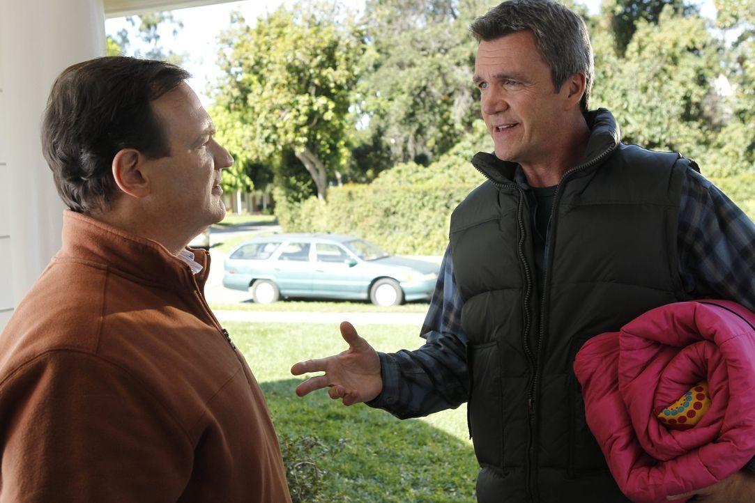 Mike (Neil Flynn. r.) setzt sich für seine Tochter Sue ein, als er erfährt, dass diese von ihrer neuen Freundin nicht zu deren Übernachtungsparty ei... - Bildquelle: Warner Brothers