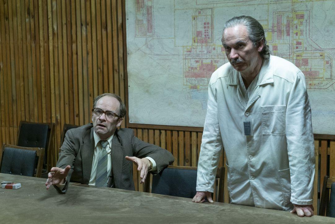 Nikolai Fomin (Adrian Rawlins, l.); Anatoly Dyatlov (Paul Ritter, r.) - Bildquelle: Liam Daniel Sky UK Ltd/HBO / Liam Daniel