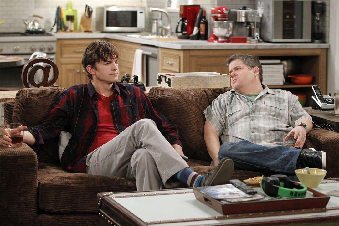 Leiden gemeinsam, was Frauen und Beziehungen angeht: Walden (Ashton Kutcher, l.) und Billy (Patton Oswalt, r.) ... - Bildquelle: Warner Bros. Television