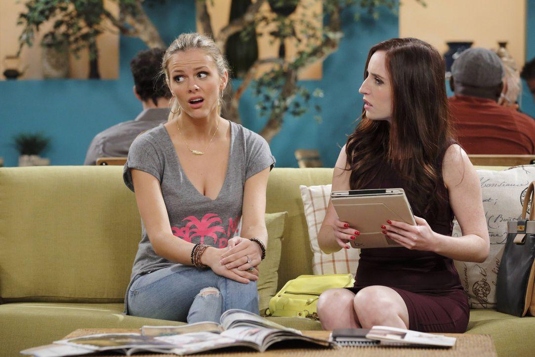 Seitdem Kate (Zoe Lister Jones, r.) an den Hochzeitsplanungen von Jules (Brooklyn Decker, l.) und Lowell beteiligt ist, geht alles plötzlich ganz sc... - Bildquelle: 2013 CBS Broadcasting, Inc. All Rights Reserved.