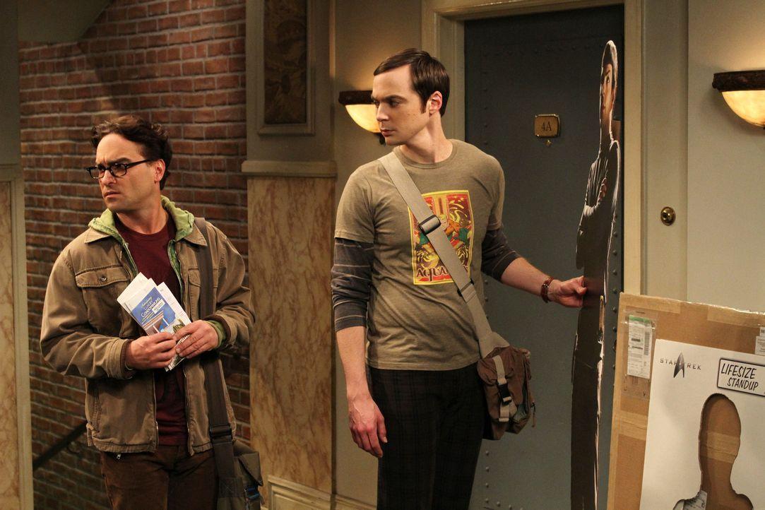 Während Sheldon (Jim Parsons, r.) vor der Wohnungstür einen Mr. Spock-Pappaufsteller auspackt und dabei eine üble Entdeckung macht, fasst sich Leona... - Bildquelle: Warner Bros. Television