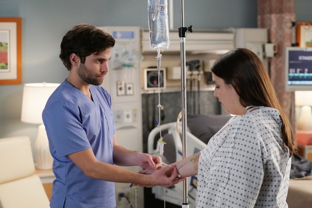 Dr. Levi Schmitt (Jake Borelli, l.); Tess Anderson (Beanie Feldstein, r.) - Bildquelle: Gilles Mingasson 2020 American Broadcasting Companies, Inc. All rights reserved. / Gilles Mingasson