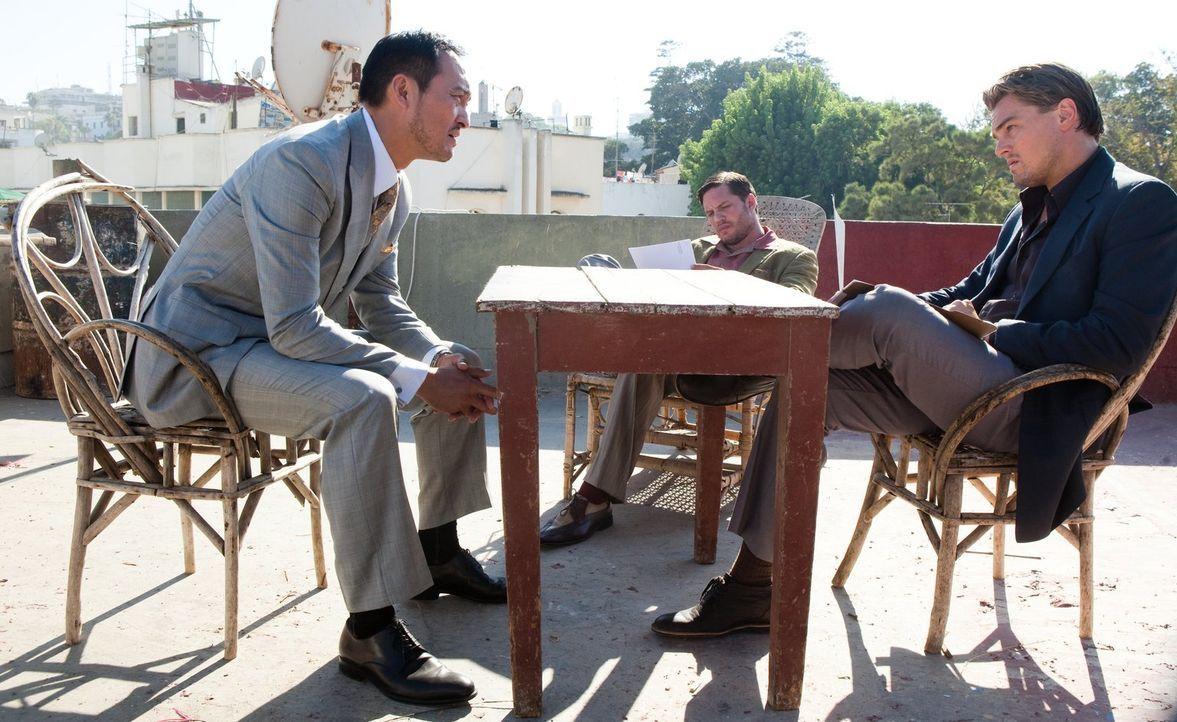 """Obwohl die """"Extraktor"""" bei ihm gescheitert sind, entschließt sich der Geschäftsführer Saito (Ken Watanabe, l.) dazu, Cobb (Leonardo DiCaprio, r.), E... - Bildquelle: 2010 Warner Bros."""