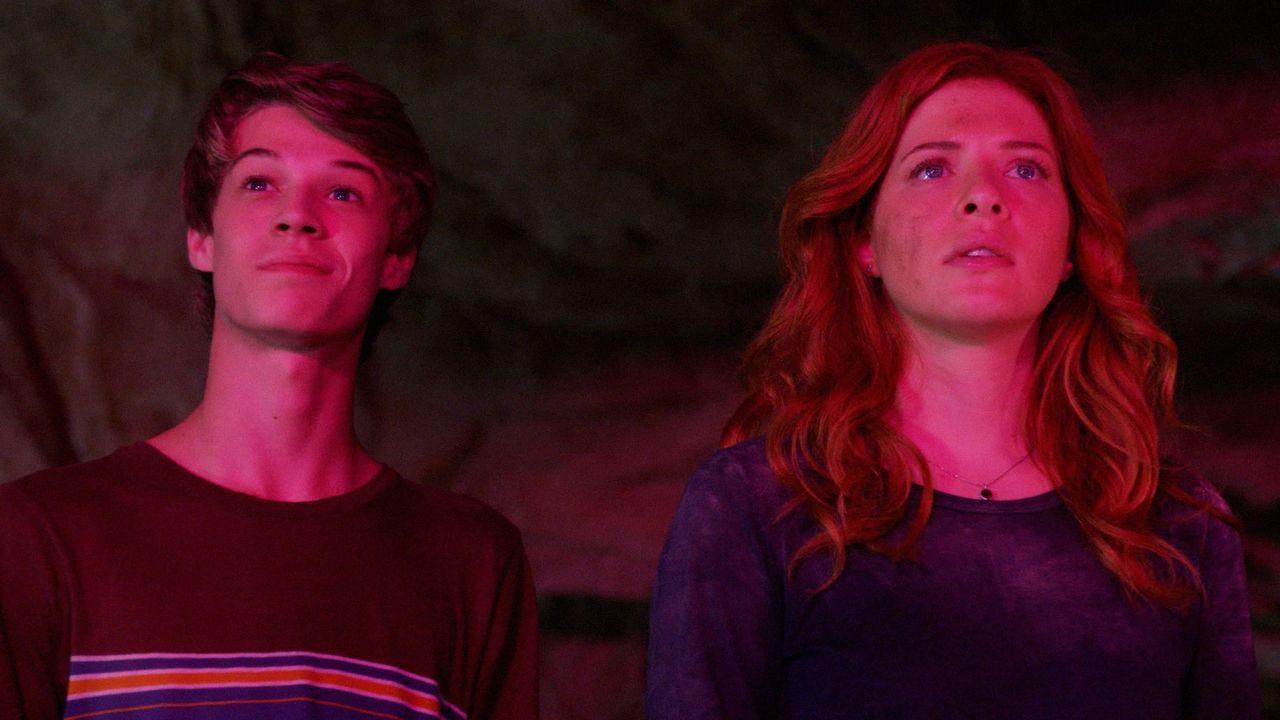 Joe (Colin Ford, l.) ist fasziniert von den Taten der Kuppel und in Julia (Rachelle LeFevre, r.) keimt neue Hoffnung auf ... - Bildquelle: 2014 CBS Broadcasting Inc. All Rights Reserved.