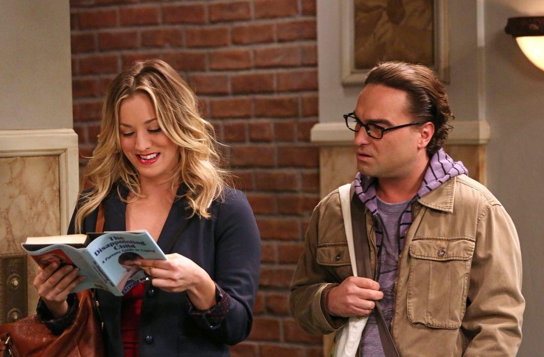 Während Leonard (Johnny Galecki, r.) einen Weg findet, wie er Penny (Kaley Cuoco, l.) dazu bringen kann, alles zu tun, was er möchte, melden sich Ra... - Bildquelle: Warner Bros. Television