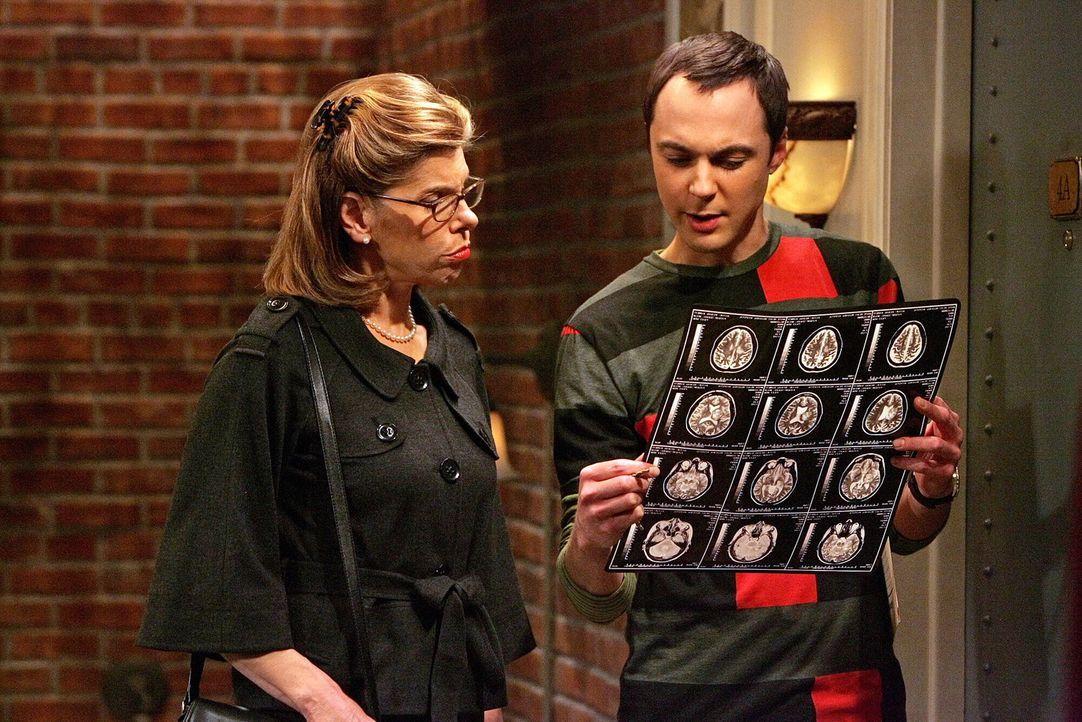 Sheldon (Jim Parsons, r.) hat in Beverly (Christine Baranski, l.) eine Seelenverwandte gefunden, gemeinsam fertigen sie ein Gehirnszintigramm von Sh... - Bildquelle: Warner Bros. Television