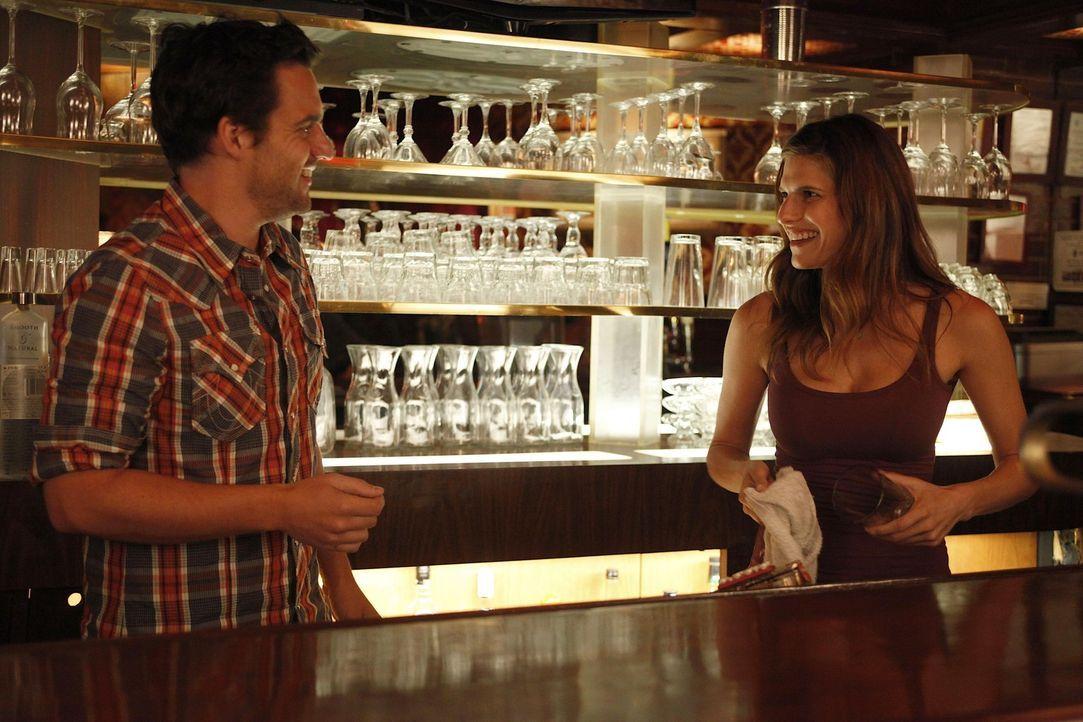Vor dem Date mit seiner heißen Kollegin Amanda (Lake Bell, r.) tanzt Nick (Jake M. Johnson, l.) voller Vorfreude nackt vor dem Spiegel. Als Jess zu... - Bildquelle: 20th Century Fox