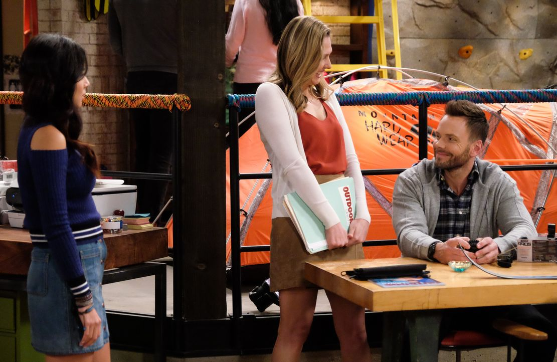 (v.l.n.r.) Emma (Christine Ko); Amy (Jessica Makinson); Jack (Joel McHale) - Bildquelle: Darren Michaels 2016 CBS Broadcasting, Inc. All Rights Reserved. / Darren Michaels
