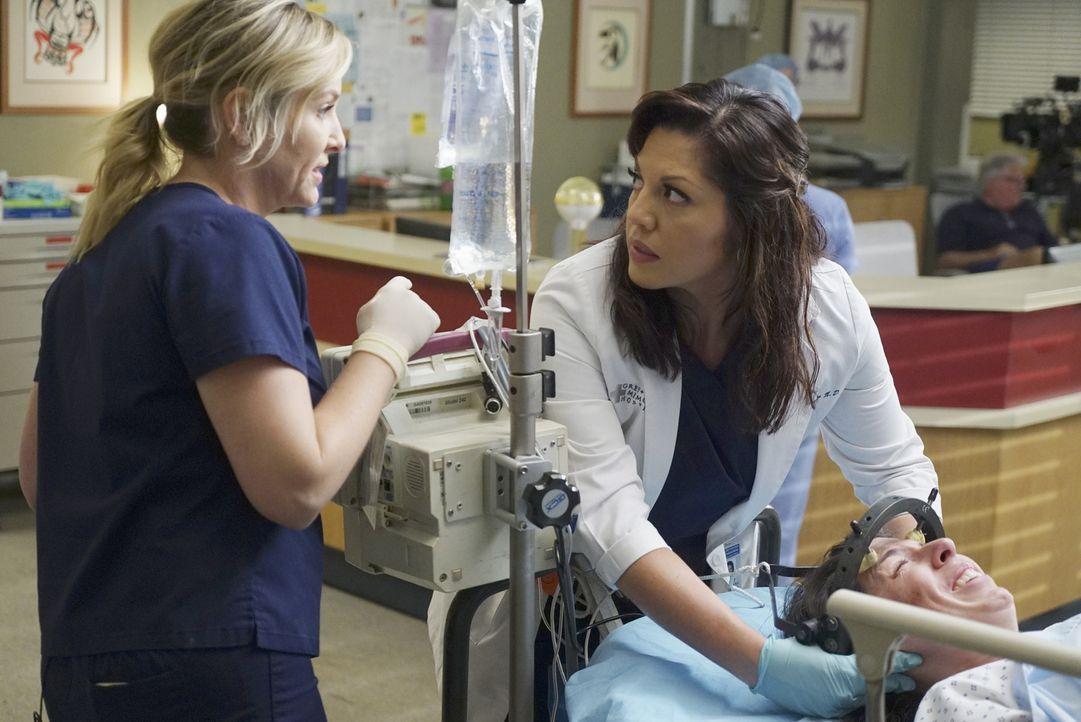 Arizona (Jessica Capshaw, l.) und Callie (Sara Ramirez, M.) kämpfen um das Leben von Joan (Heather Matarazzo, r.) und ihrem Baby ... - Bildquelle: ABC Studios