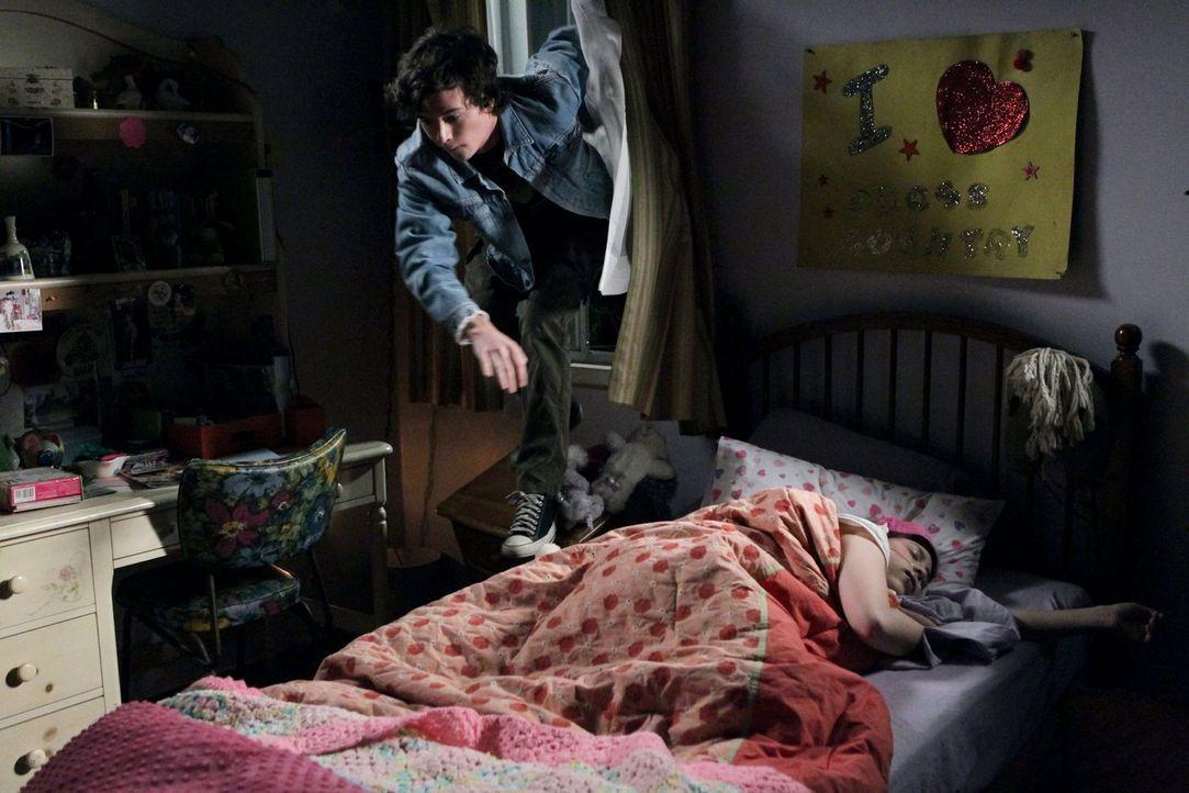 Als Sue (Eden Sher, r.) Axl (Charlie McDermott, r.) bei einem nächtlichen Ausflug erwischt, erpresst sie ihn damit und verlangt von ihm, ab sofort d... - Bildquelle: Warner Brothers