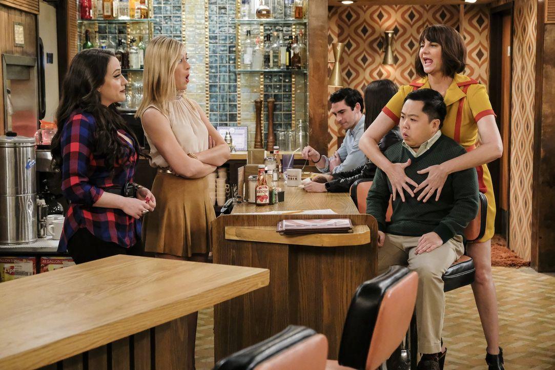 Während sich Max (Kat Dennings, l.) und Caroline (Beth Behrs, 2.v.l.) Gedanken über ihre Zukunft machen, zeigt Denise (Kerri Kenney, r.) ihrem neuen... - Bildquelle: Warner Bros. Television
