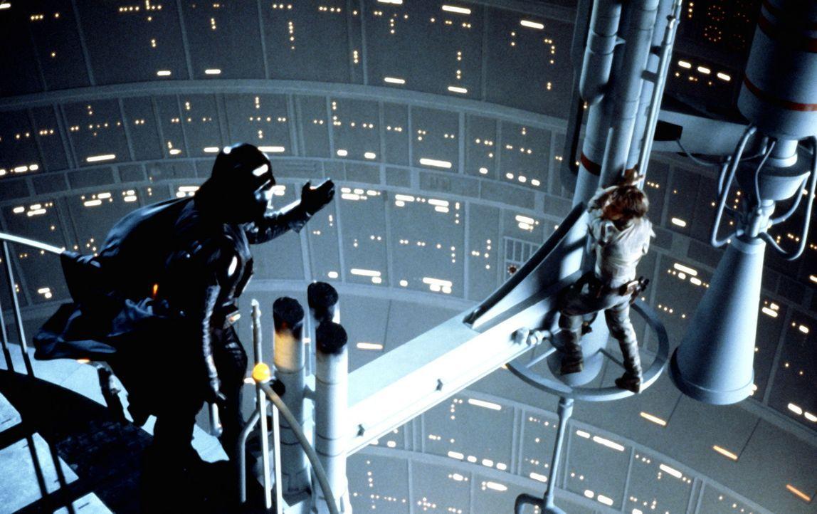 """Mit allen Mitteln versucht Darth Vader (David Prowse, l.), Luke Skywalker (Mark Hamill, r.) auf die dunkle Seite der """"Macht"""" zu ziehen ... - Bildquelle: Lucasfilm LTD. & TM. All Rights Reserved."""