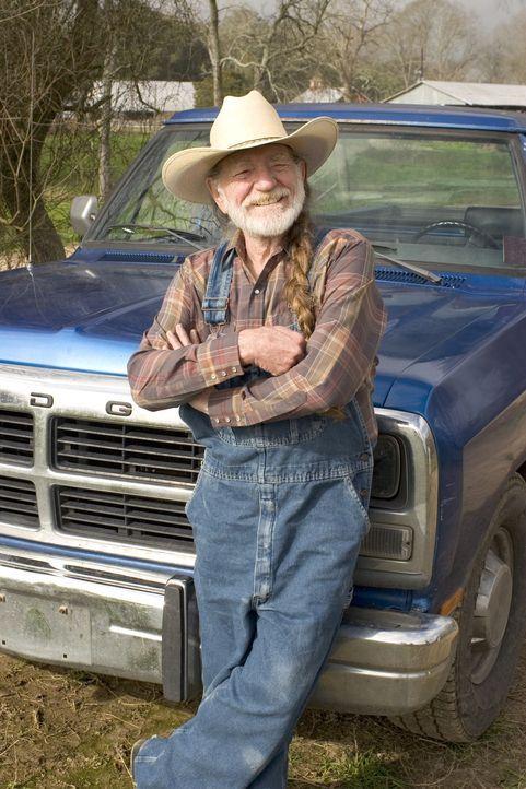 Die Dukes verdienen ihren Lebensunterhalt mit schwarz gebranntem Schnaps: Onkel Jesse (Willie Nelson) braut den leckersten Rachenputzer im ganzen S - Bildquelle: Warner Brothers International