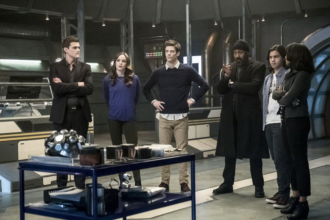 Finden einen Weg in DeVoes Labor und bringen sich damit in höchste Gefahr: (v.l.n.r.) Ralph (Hartley Sawyer), Caitlin (Danielle Panabaker), Barry (G... - Bildquelle: 2017 Warner Bros.