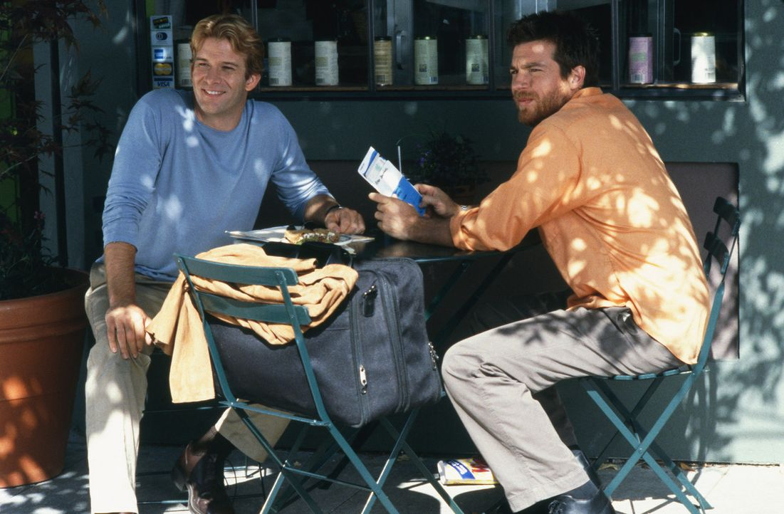 Eines Tages lernt Peter Donahue (Thomas Jane, l.) ein super süßes Mädchen kennen, das er kurzfristig zur Hochzeit seines Bruders Roger (Jason Bat... - Bildquelle: 2003 Sony Pictures Television International
