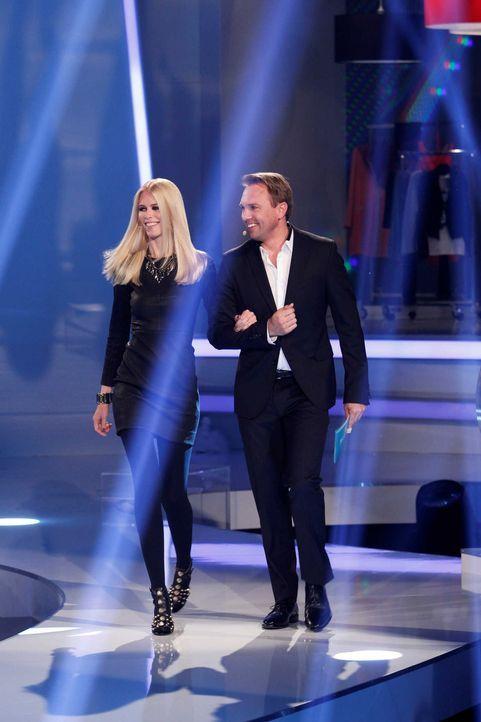Claudia Schiffer (l.) steht den größten deutschen Design-Talenten als Mentorin zur Seite. Steven Gätjen (r.) moderiert die Show. - Bildquelle: Richard Hübner ProSieben