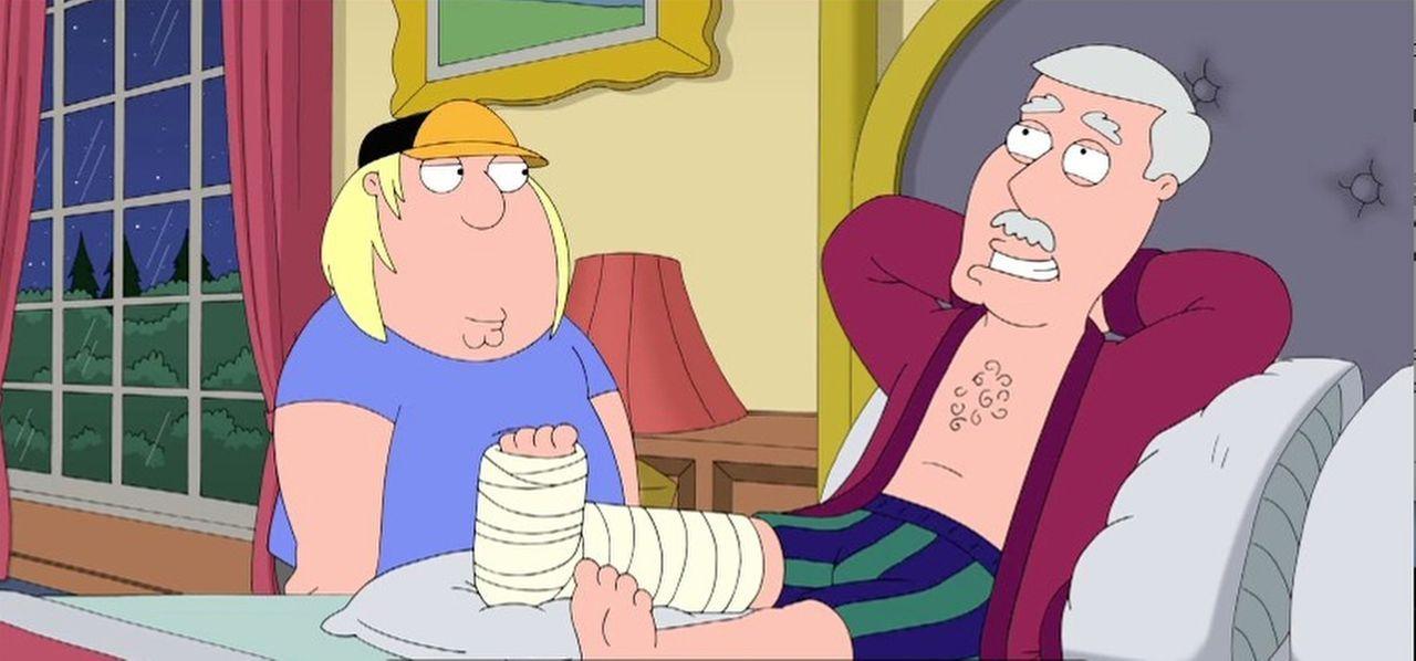 Als sich Chris (l.) um seinen Großvater (r.), der sich ein Bein gebrochen hat, kümmert, wird er ganz besonders belohnt von ihm ... - Bildquelle: 2014 Twentieth Century Fox Film Corporation. All rights reserved.