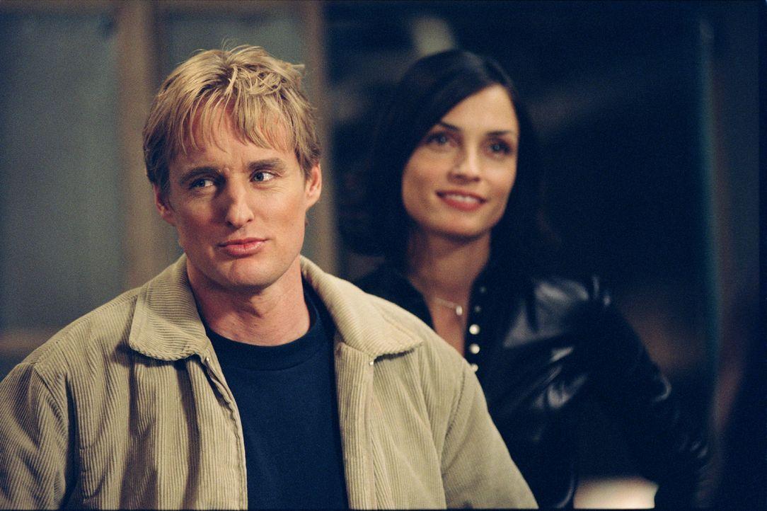 Im Kampf mit übermächtigen Feinden: Rachel (Famke Janssen, r.) und Alexander Scott (Owen Wilson, l.) ... - Bildquelle: 2003 Sony Pictures Television International
