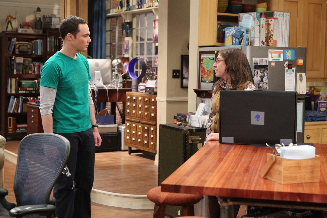 Sheldon (Jim Parsons, l.) ist entsetzt, als Amy (Mayim Bialik, r.) plötzlich mit einem neuen Laptop vor ihm steht, nachdem sein alter kaputt gegange... - Bildquelle: 2016 Warner Brothers