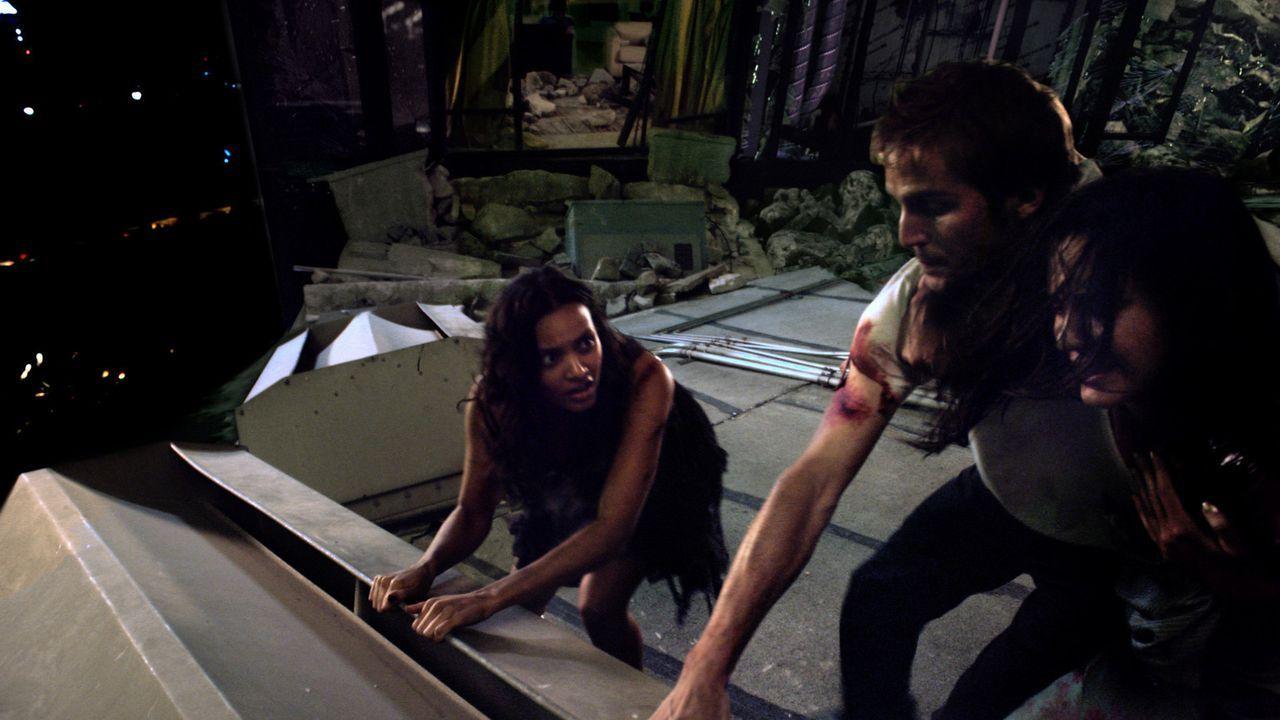 Gemeinsam machen sich Lily (Jessica Lucas, l.), Marlena (Lizzy Caplan, r.) und Rob (Michael Stahl-David, M.) daran, Beth aus ihrer gefährlichen Lag... - Bildquelle: Paramount Pictures