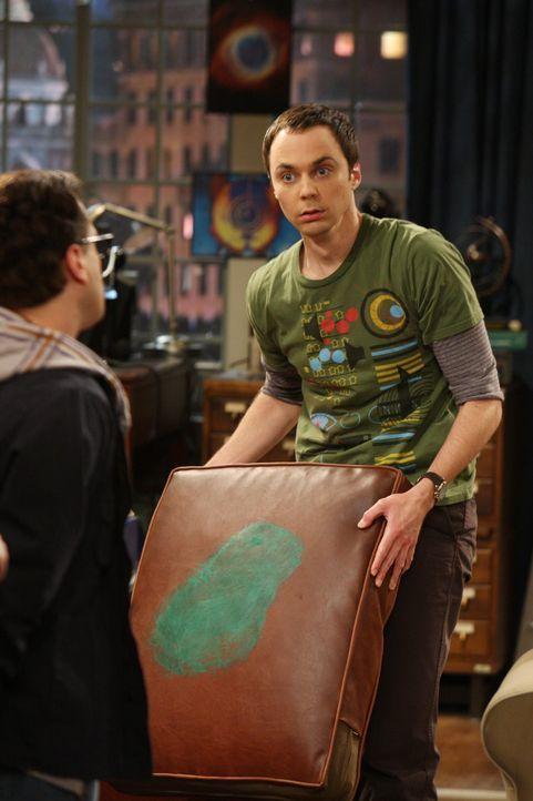 Sheldon (Jim Parsons, r.) ist verzweifelt, er hat die Farbe auf seinem Kissen entdeckt. Leonard (Johnny Galecki, l.) versucht ihn zu beruhigen, doch... - Bildquelle: Warner Bros. Television