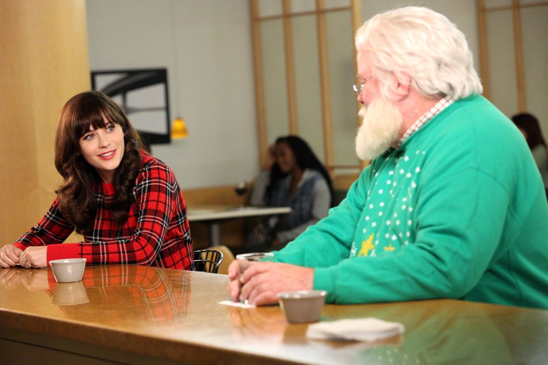 Für Jess (Zooey Deschanel, l.) ist es ein Zeichen, dass sie am Flughafen auf Santa (Dennis Haskins, r.) trifft ... - Bildquelle: 2014 Twentieth Century Fox Film Corporation. All rights reserved.