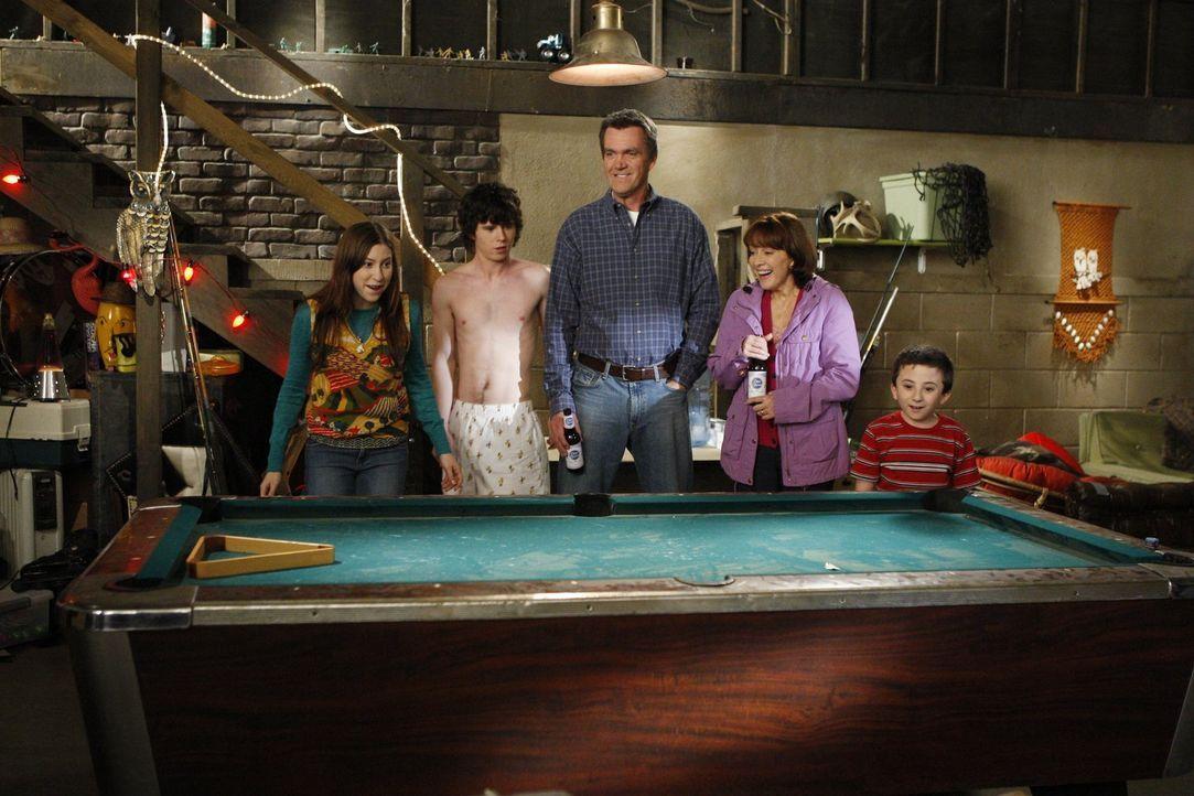 Mit ihrem neuen Billardtisch werden Sue (Eden Sher, l.), Axl (Charlie McDermott, 2.v.l.), Mike (Neil Flynn, M.), Frankie (Patricia Heaton, 2.v.r.) u... - Bildquelle: Warner Brothers