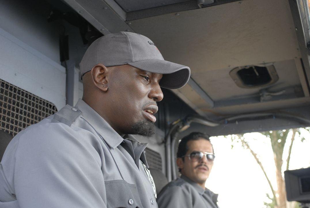 Der skrupellose Gangster Adell Baldwin (Tyrese Gibson, l.) zwingt Geldtransportchauffeur Felix De La Pena (John Leguizamo, r.) nicht nur, das Geld a... - Bildquelle: 2008 Boyle Heights, LLC. All Rights Reserved.
