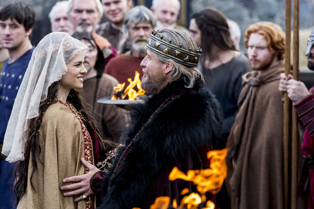 Bahnt sich zwischen Kwenthrith (Amy Bailey, l.) und König Ecbert (Linus Roache, r.) eine neue Allianz an? - Bildquelle: 2014 TM TELEVISION PRODUCTIONS LIMITED/T5 VIKINGS PRODUCTIONS INC. ALL RIGHTS RESERVED.