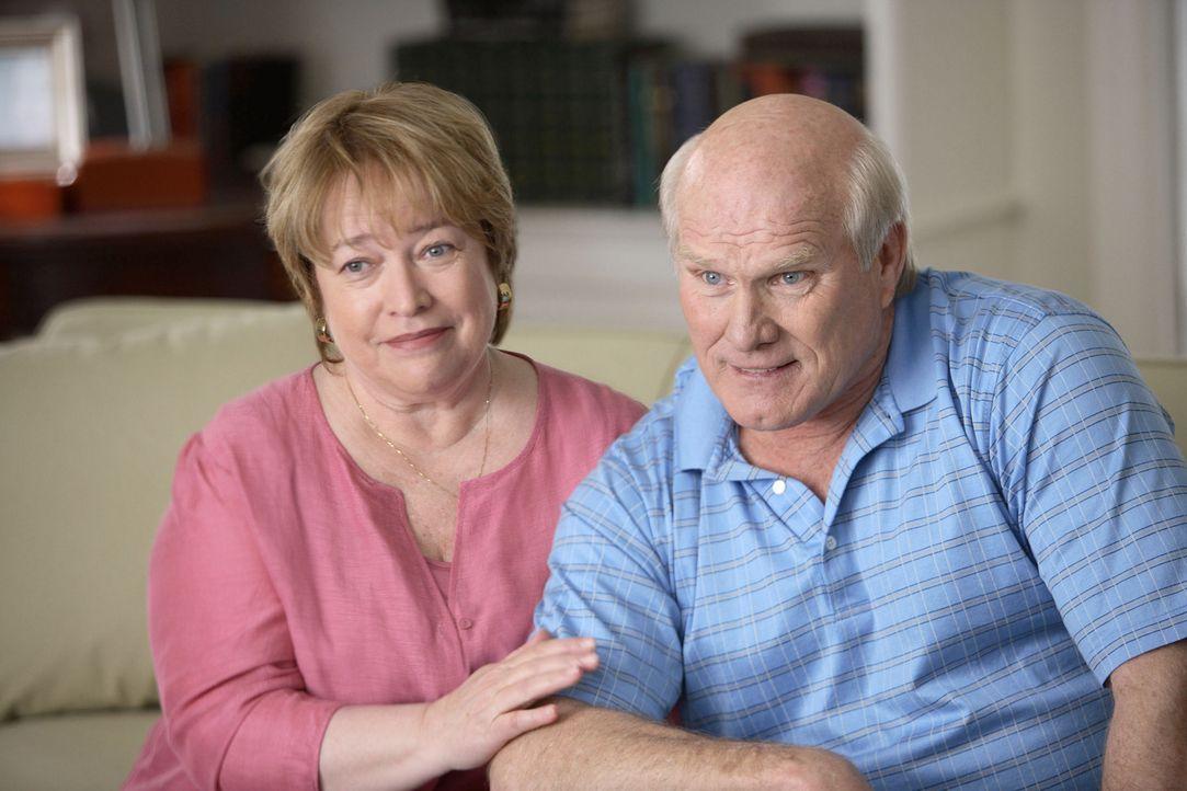 Um ihren Sohn endlich aus dem Haus zu bekommen und endlich ihr eigenes Leben, leben zu können, engagieren Sue (Kathy Bates, l.) und Al (Terry Bradsh... - Bildquelle: TM &   Paramount Pictures. All Rights Reserved.