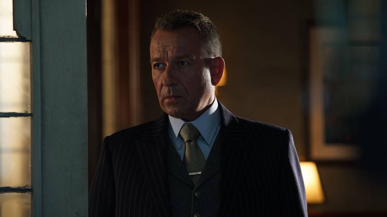 Bruce bereitet ein romantisches Abendessen für sich und Selina vor und bittet Alfred (Sean Pertwee), ihm am Abend Privatsphäre zu geben. Doch wie wi... - Bildquelle: Warner Brothers