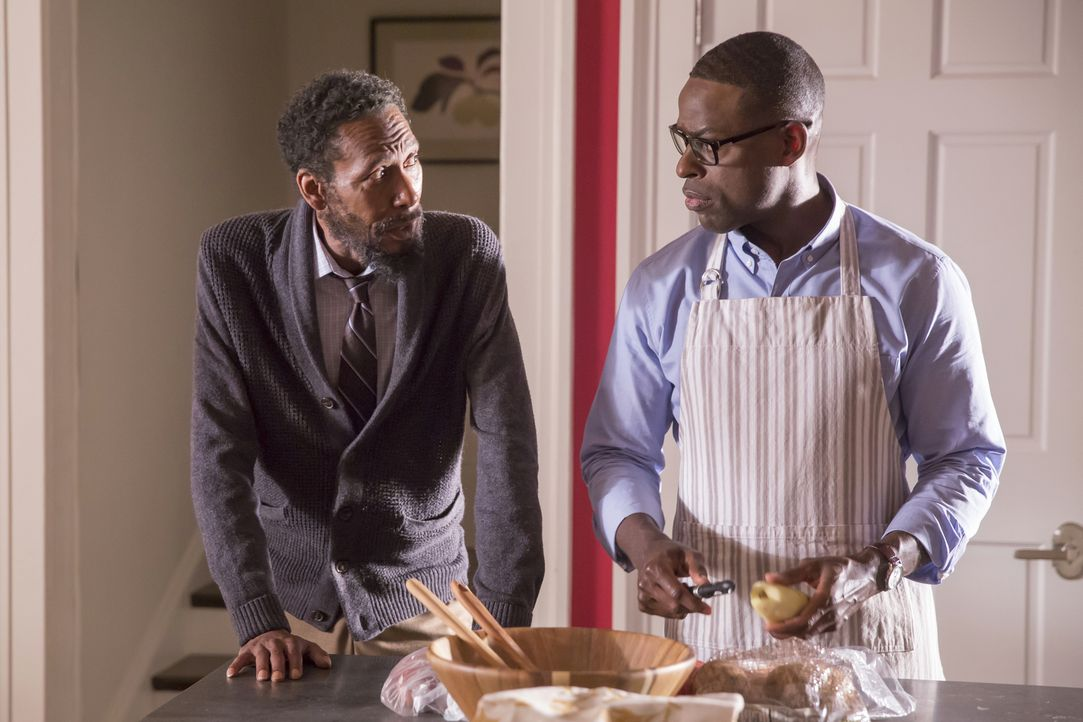 Thanksgiving steht vor der Tür: Randall (Sterling K. Brown, r.), sein biologischer Vater William (Ron Cephas Jones, l.) und seine Mutter Rebecca wer... - Bildquelle: Ron Batzdorff 2016-2017 Twentieth Century Fox Film Corporation.  All rights reserved.   2017 NBCUniversal Media, LLC.  All rights reserved.